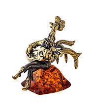 Фигурка Петух с гитарой. Подставка из янтаря.