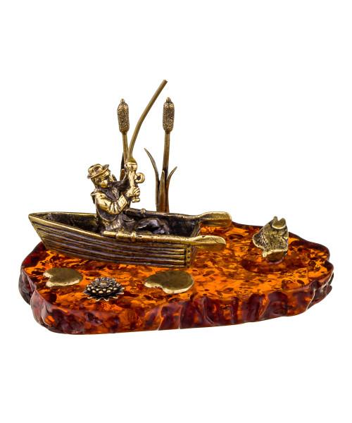 Сувенир Рыбак в лодке. Подставка из янтаря.