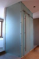 Душевая кабинка с раздвижной дверью.