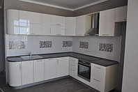Белая кухня с крашеными фасадами