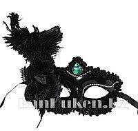 Венецианская маска Коломбина с пером сбоку (черная)
