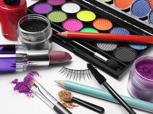 Аксессуары для макияжа, накладные ресницы, спонжи для пудры, клей для ресниц.