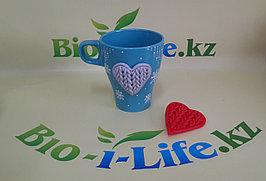 Голубая кружка с теплым вязанным сердцем