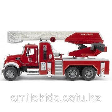 Пожарная машина MACK с выдвижной лестницей и помпой от Bruder
