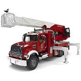 Пожарная машина MACK с выдвижной лестницей и помпой от Bruder, фото 3