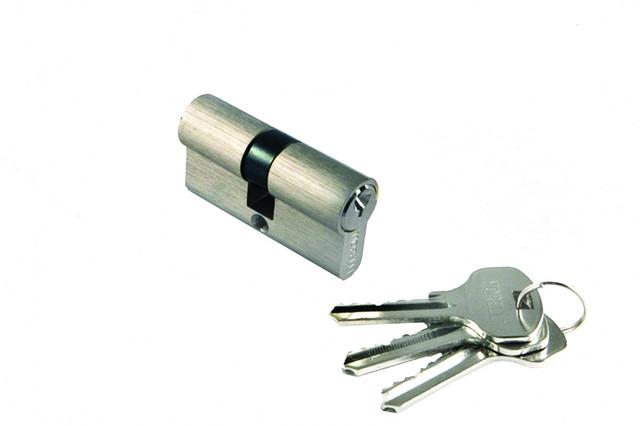 Ключевой цилиндр длиной 60 мм Morelli 60C SN. Предназначен для открывания и закрывания входных и межкомнатных дверей различного типа.