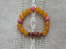 Бусина дзи трехглазая в браслете из медового агата и розового кварца