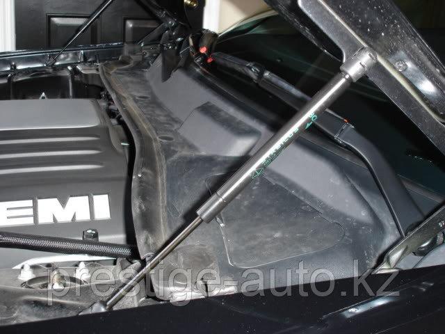 Амортизатор капота Chrysler 300c 2005-2010