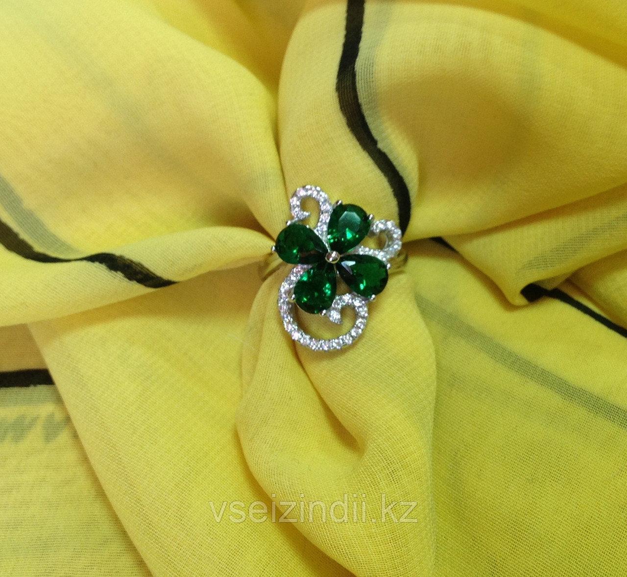 Серебряное кольцо женское с зеленым и белыми  фианитами 17.5 размер