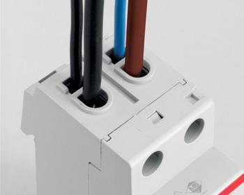 Благодаря наличию двойных клемм доступны различные варианты монтажа. Возможно подключать два кабеля к одному устройству: вторую клемму можно использовать для вспомогательной цепи или подключения питания устройства кабелями небольшого сечения без подключения их к главной цепи.