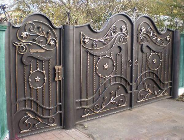 Ворота с металлопрофиля с элементами ковки