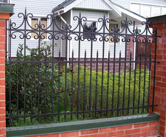 Металлический забор для дома