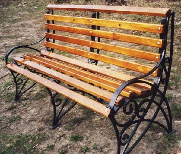 Скамейка на металлическом каркасе