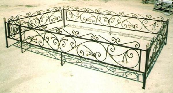 Металлическая оградка на могилу