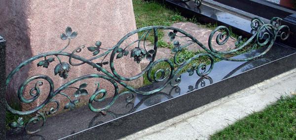Металлические оградки на кладбище