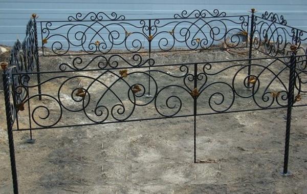 Красивые кованые ограды на кладбище
