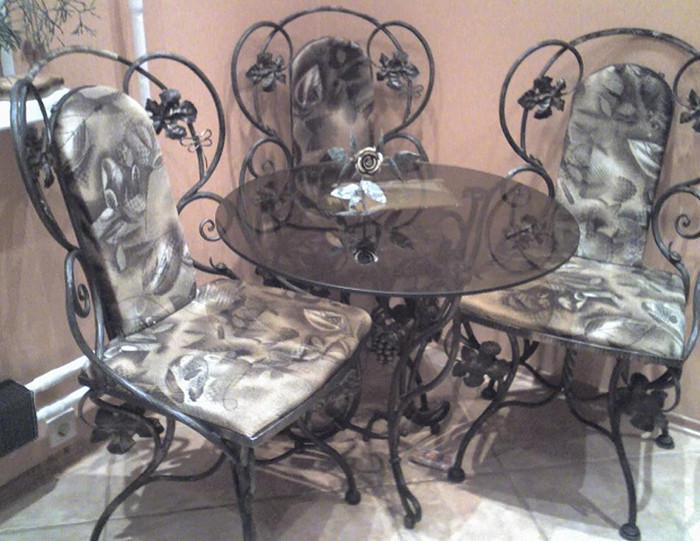 Комплект кованых стульев со столом