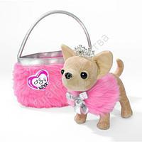 Собачка Чихуахуа в накидке с тиарой и меховой сумочкой