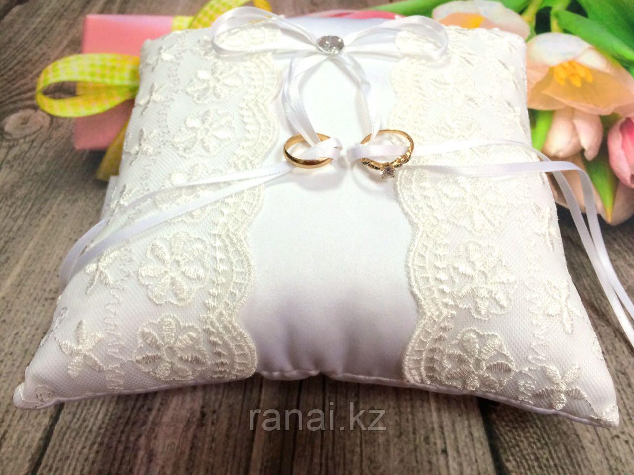 Свадебная подушечка с кружевом для колец