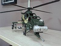 """Коллекционная модель военного вертолета """"Апач""""."""