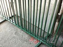 Забор металлический из вертикальных прутьев