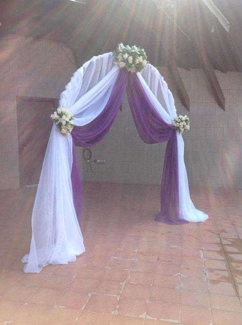 Арка с фиолетовой тканью.