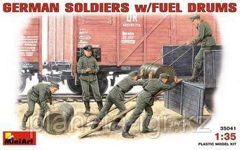 Сборная модель German Soldiers with fuel drums 1\35