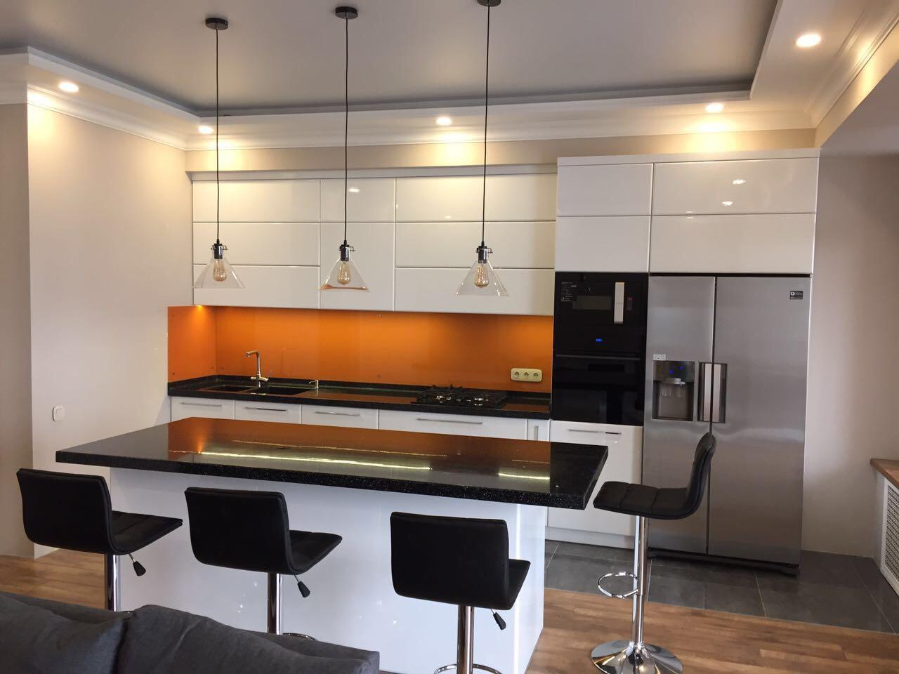 Кухня с белыми фасадами (фурнитура Blum)