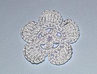 Цветок пятилепестковый вязаный - белый