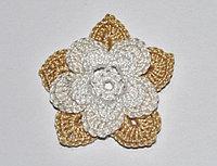 Цветок трехъярусный вязаный - двухцветный (белый, темно-бежевый)