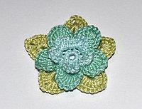 Цветок трехъярусный вязаный - трехцветный (оливковый, светло-зеленый, голубой)