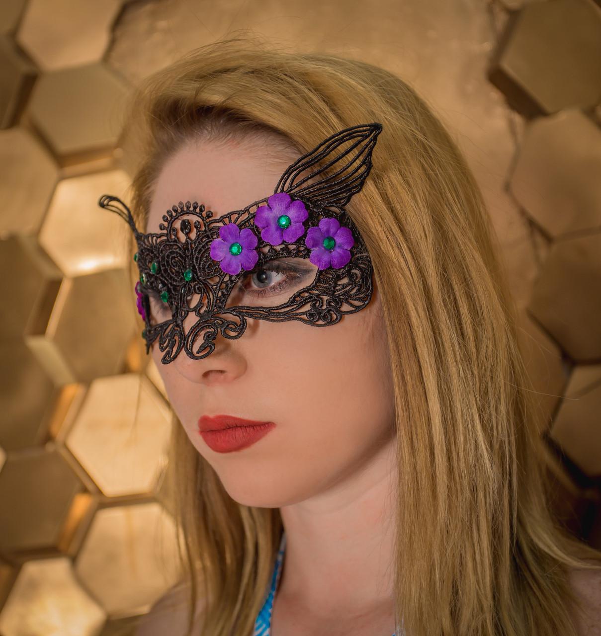 Кружевная маска со стразами и цветочками