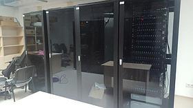 Шкаф напольный 42U, 800*800*2000,  цвет чёрный, передняя дверь стеклянная (тонированная), 3 полки, блок вентилятора, ножки и ролики, набор крепежа