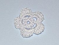 Цветок пятилепестковый вязаный (3 см.) - белый