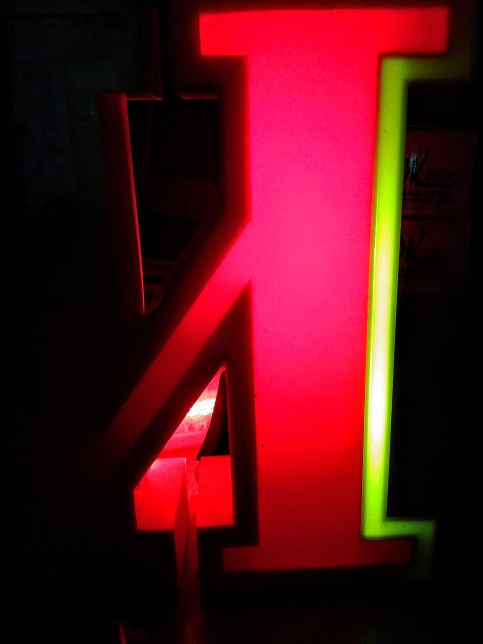Объемные буквы с лицевым и боковым свечением