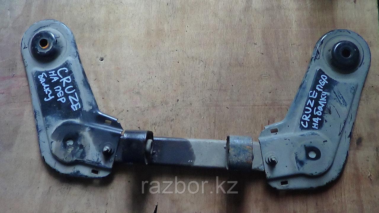 Крепление передней балки под двигатель Chevrolet Cruze