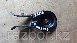 Крепление подушки под двигатель Chevrolet Cruze / правый нижний перед