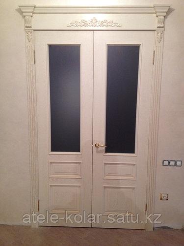 Двухстворчатая дверь остекленная с карнизом ШПОН