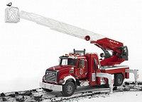 Bruder Mack пожарная машина с выдвижной лестницей, функцией разбрызгивания воды, свет и звук