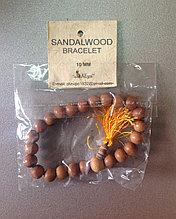 Браслет из дерева Сандала на резинке (мужская рука)