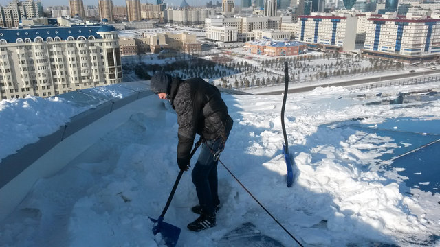 Уборка снега и наледи с кровли