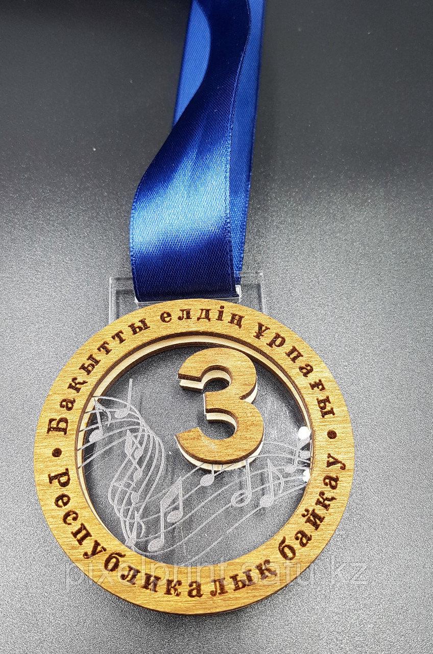 Медаль из акрила с лентой и вставкой из фанеры