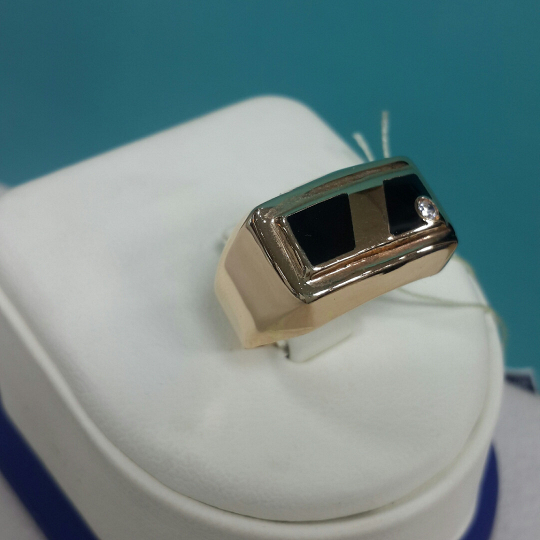 Кольцо с фианитом мужское /красное золото