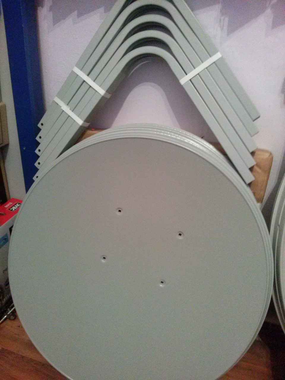Спутниковая антенна 60.см в комплекте с установкой на  30 каналов