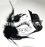 Венецианская маска Коломбина с перьями (черно-белая)