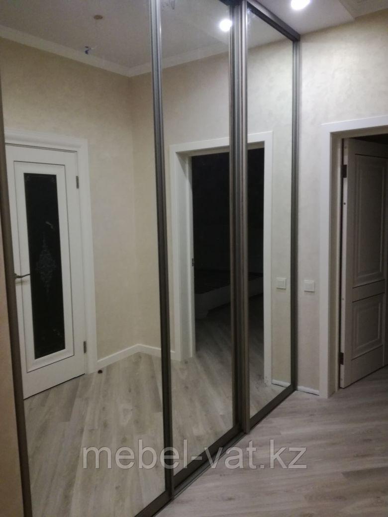 Гардеробная комната с зеркальными дверями
