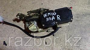 Дверной замок правый задний Mazda Demio