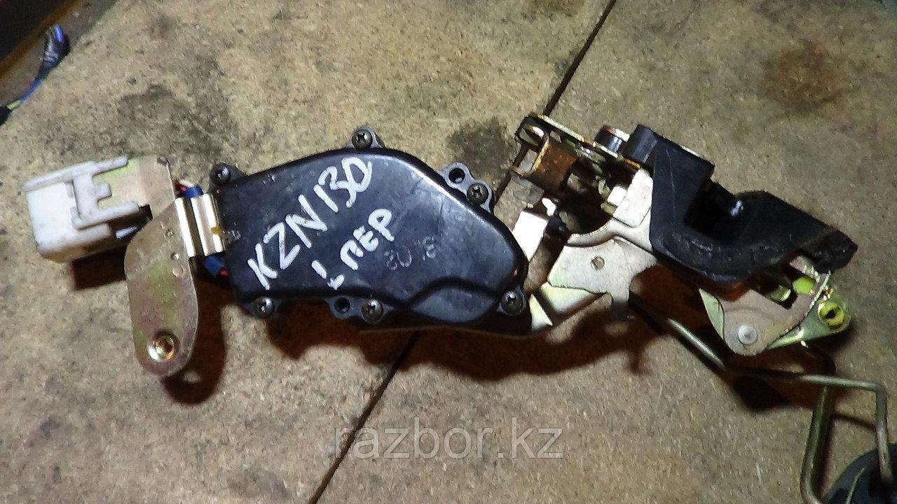 Дверной замок левый передний Toyota Hilux Surf (KZN130)