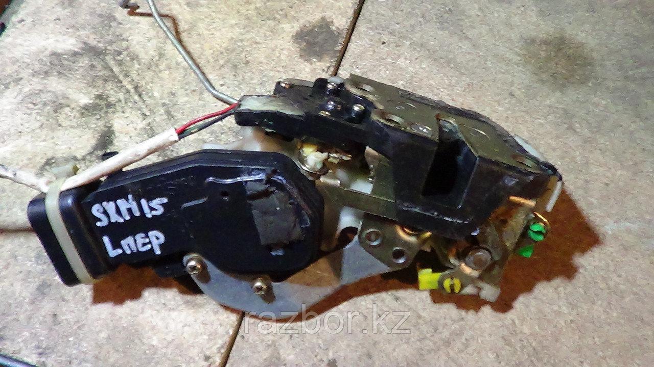 Дверной замок левый передний Toyota Ipsum (SXM15)