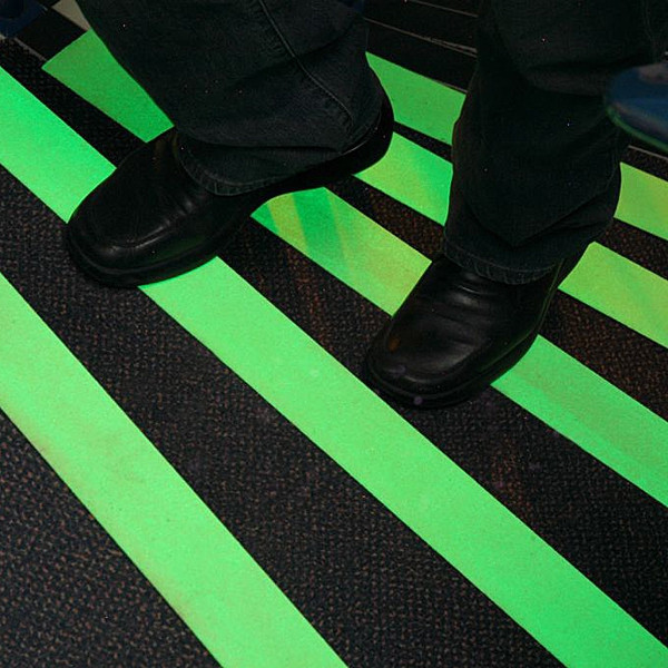 Износостойкие фотолюминесцентные ленты Glo Brite® с клеевым слоем для маркировки пола